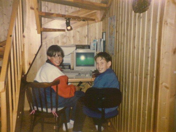 Amiga 500 under trappa med Jon Aaby og Atle Hjelm-Pedersen